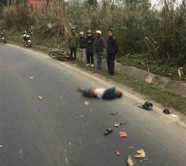 Hòa Bình: Va chạm với xe ô tô tải 2 người đi xe máy bị đứt lìa thân - Ảnh 2.
