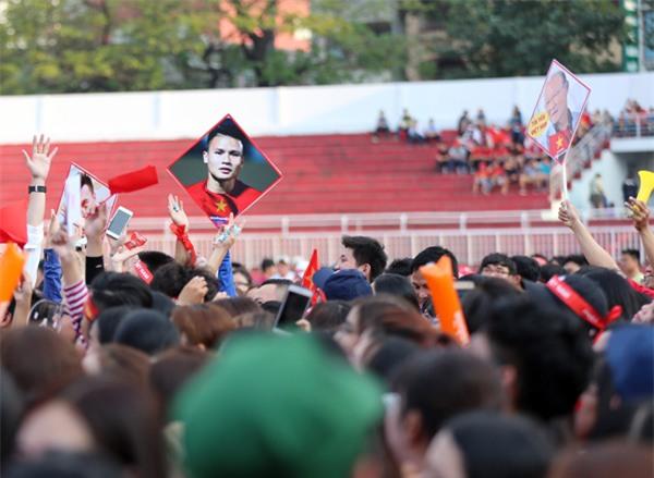 [CẬP NHẬT] Sân vận động Thống Nhất vỡ tung khi U23 vào vị trí giao lưu