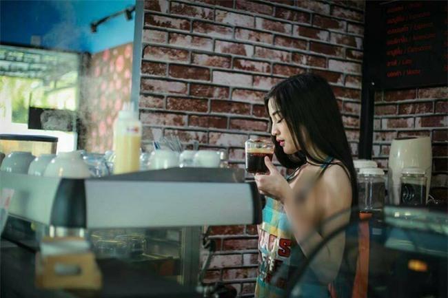 """Cả gan thuê hot girl ăn mặc hở hang phục vụ khách hàng, quán cà phê Thái Lan bị cư dân mạng """"ném đá"""" không thương tiếc - Ảnh 3."""