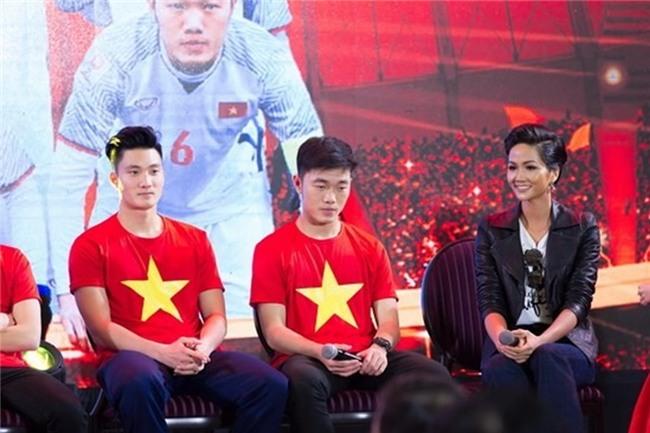 Hoa hậu HHen Niê: Cầu thủ yêu người đẹp showbiz thì có gì là sai