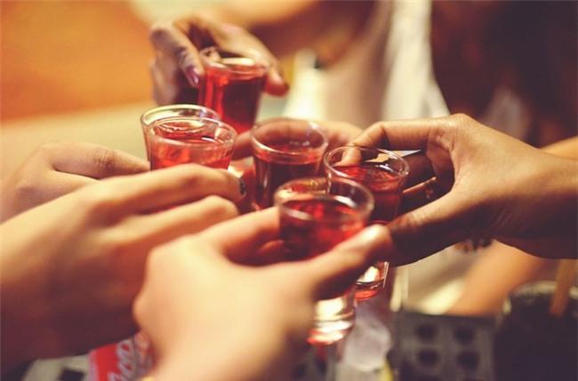 Người đỏ mặt khi uống rượu bia có nguy cơ ung thư cao hơn so với người bình thường-1