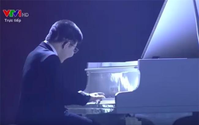 Bé Bôm mở màn sự kiện bằng phần đệm đàn của mình. Đây là lần đầu tiên Bôm được chơi đàn trong một chương trình lớn như vậy. - Tin sao Viet - Tin tuc sao Viet - Scandal sao Viet - Tin tuc cua Sao - Tin cua Sao