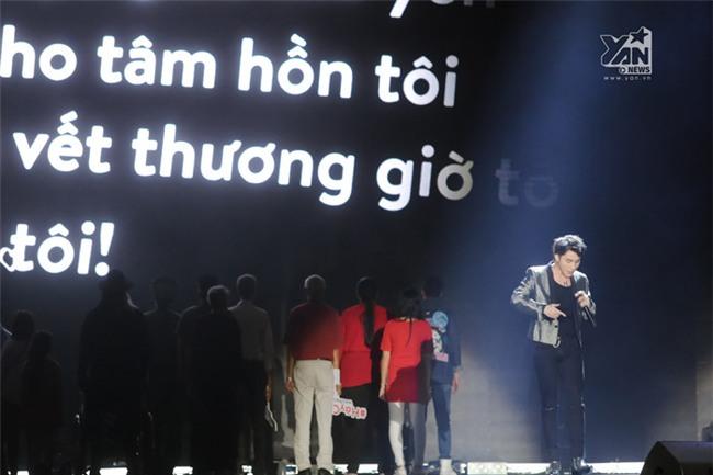 Cả khán phòng như lặng đi khi thưởng thức phần biểu diễn đầy cảm xúc của bé Bôm, Sơn Tùng và đông đảo diễn viên quần chúng trên sân khấu. - Tin sao Viet - Tin tuc sao Viet - Scandal sao Viet - Tin tuc cua Sao - Tin cua Sao