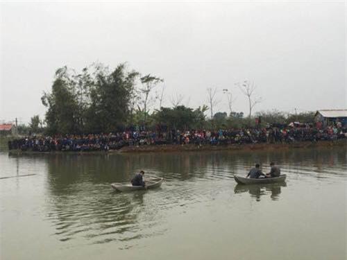 Vụ 4 người trong gia đình đuối nước: 3 nạn nhân tìm thấy cùng một chỗ, một cháu bé cứu lên gần bờ thì tử vong - Ảnh 2.