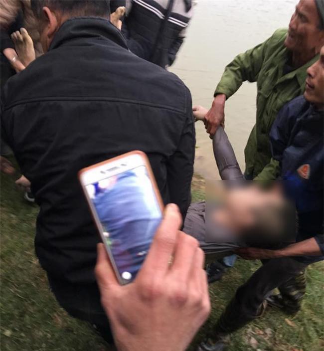 Vụ 4 người trong gia đình đuối nước: 3 nạn nhân tìm thấy cùng một chỗ, một cháu bé cứu lên gần bờ thì tử vong - Ảnh 3.