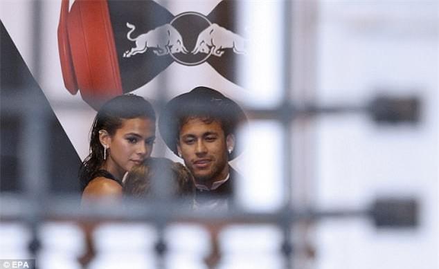 Thủ thành điển trai ôm hôn siêu mẫu Victorias Secret giữa tiệc sinh nhật của Neymar - Ảnh 4.