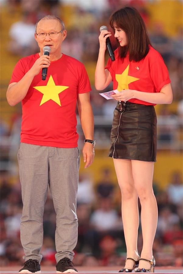 HLV Park Hang-seo rơi nước mắt khi nghe ca khúc truyền thống Hàn Quốc ngay tại Việt Nam-1