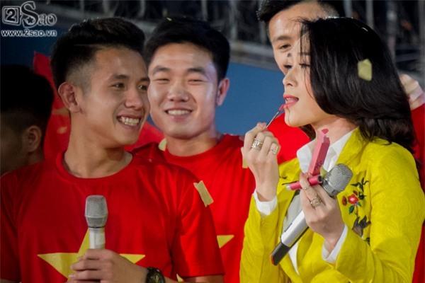 ĐỘC QUYỀN: Mỹ Tâm bắt tay thuyền trưởng Park Hang-seo, selfie cùng dàn cầu thủ U23-1