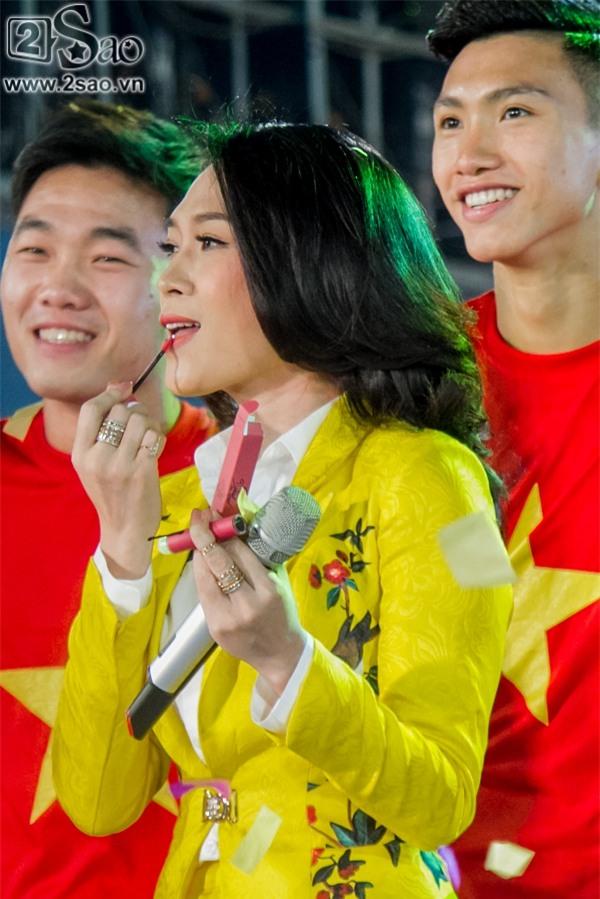 ĐỘC QUYỀN: Mỹ Tâm bắt tay thuyền trưởng Park Hang-seo, selfie cùng dàn cầu thủ U23-2