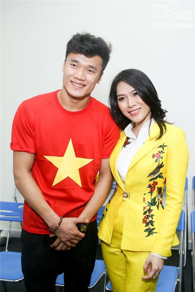 ĐỘC QUYỀN: Mỹ Tâm bắt tay thuyền trưởng Park Hang-seo, selfie cùng dàn cầu thủ U23-4