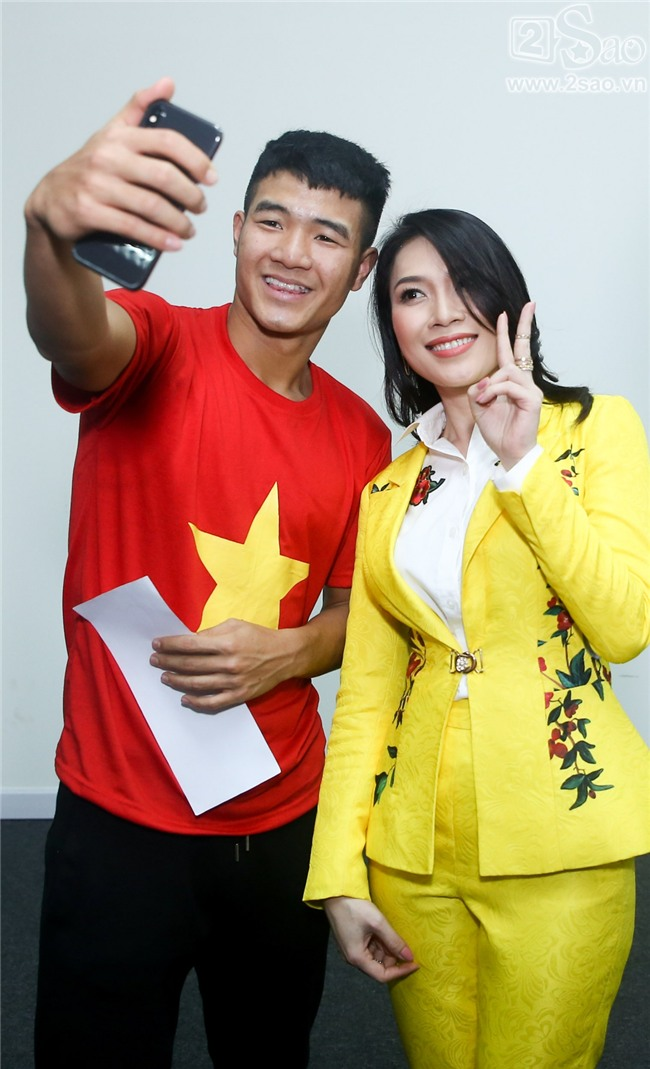 ĐỘC QUYỀN: Mỹ Tâm bắt tay thuyền trưởng Park Hang-seo, selfie cùng dàn cầu thủ U23-5