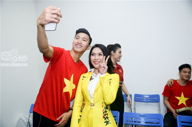 ĐỘC QUYỀN: Mỹ Tâm bắt tay thuyền trưởng Park Hang-seo, selfie cùng dàn cầu thủ U23-7