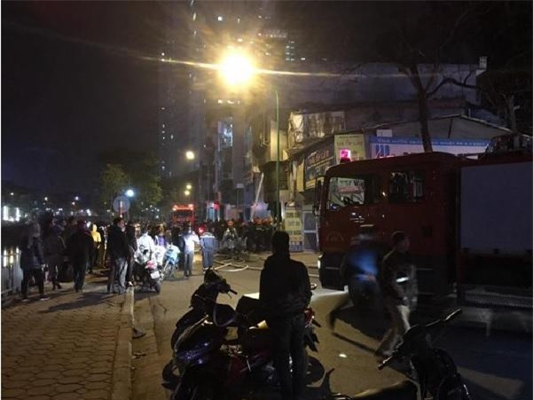 ha noi: hai bo con mac ket o chuong cop may man thoat chet trong dam chay - 1