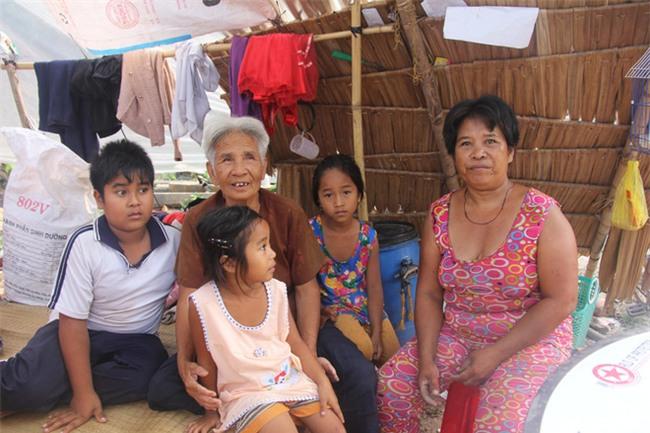 Xót cảnh 3 đứa trẻ không rành tiếng Việt theo bà cố đi lượm trái bàng về bán lấy tiền nuôi bà ngoại khùng - Ảnh 2.