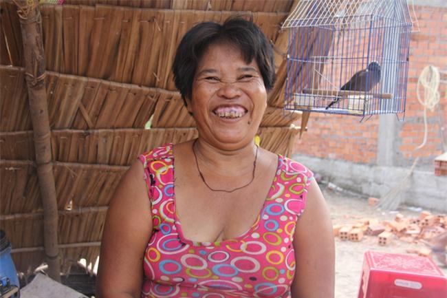 Xót cảnh 3 đứa trẻ không rành tiếng Việt theo bà cố đi lượm trái bàng về bán lấy tiền nuôi bà ngoại khùng - Ảnh 3.