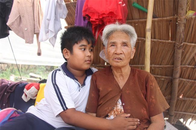 Xót cảnh 3 đứa trẻ không rành tiếng Việt theo bà cố đi lượm trái bàng về bán lấy tiền nuôi bà ngoại khùng - Ảnh 4.