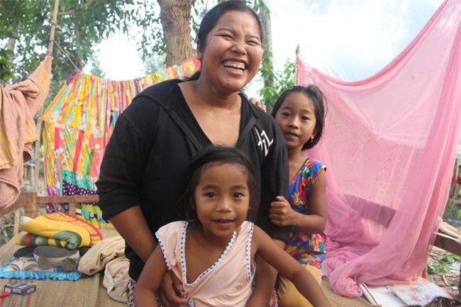 Xót cảnh 3 đứa trẻ không rành tiếng Việt theo bà cố đi lượm trái bàng về bán lấy tiền nuôi bà ngoại khùng - Ảnh 11.