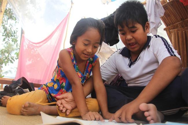 Xót cảnh 3 đứa trẻ không rành tiếng Việt theo bà cố đi lượm trái bàng về bán lấy tiền nuôi bà ngoại khùng - Ảnh 12.