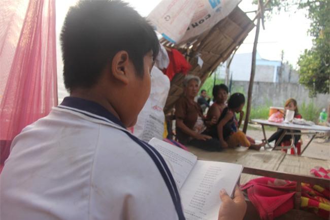 Xót cảnh 3 đứa trẻ không rành tiếng Việt theo bà cố đi lượm trái bàng về bán lấy tiền nuôi bà ngoại khùng - Ảnh 13.