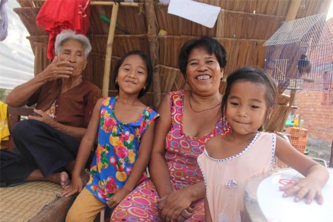 Xót cảnh 3 đứa trẻ không rành tiếng Việt theo bà cố đi lượm trái bàng về bán lấy tiền nuôi bà ngoại khùng - Ảnh 14.