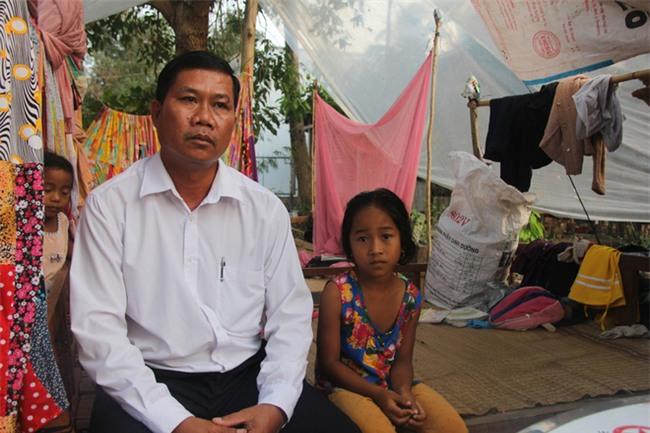 Xót cảnh 3 đứa trẻ không rành tiếng Việt theo bà cố đi lượm trái bàng về bán lấy tiền nuôi bà ngoại khùng - Ảnh 15.