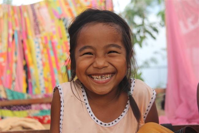 Xót cảnh 3 đứa trẻ không rành tiếng Việt theo bà cố đi lượm trái bàng về bán lấy tiền nuôi bà ngoại khùng - Ảnh 16.