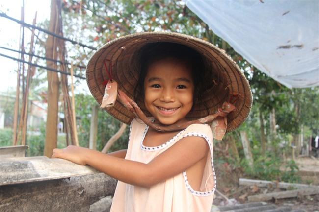 Xót cảnh 3 đứa trẻ không rành tiếng Việt theo bà cố đi lượm trái bàng về bán lấy tiền nuôi bà ngoại khùng - Ảnh 18.