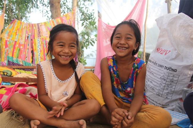Xót cảnh 3 đứa trẻ không rành tiếng Việt theo bà cố đi lượm trái bàng về bán lấy tiền nuôi bà ngoại khùng - Ảnh 7.