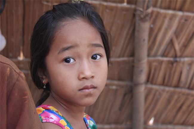 Xót cảnh 3 đứa trẻ không rành tiếng Việt theo bà cố đi lượm trái bàng về bán lấy tiền nuôi bà ngoại khùng - Ảnh 8.