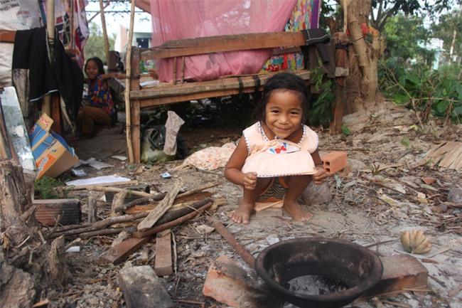 Xót cảnh 3 đứa trẻ không rành tiếng Việt theo bà cố đi lượm trái bàng về bán lấy tiền nuôi bà ngoại khùng - Ảnh 9.