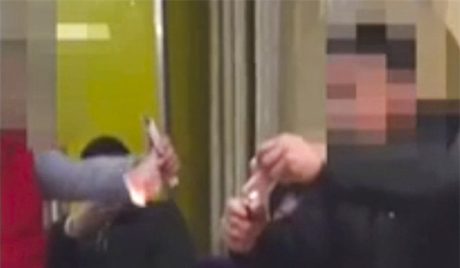 Rượu chè chán chê, hai thanh niên thách nhau đốt tiền để chứng minh nhà chả có gì ngoài điều kiện - Ảnh 2.