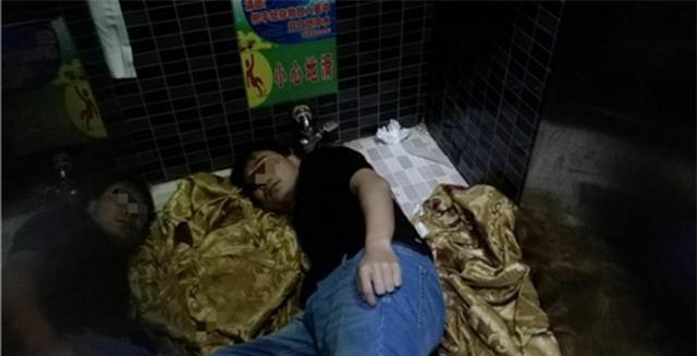 Chàng trai Trung Quốc suýt mất tay vì cố nhặt iPhone 8 rơi xuống xí xổm - Ảnh 1.