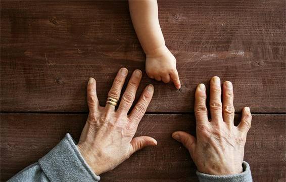 Những thay đổi về độ dày hay màu sắc của móng tay có thể là dấu hiệu của những vấn đề về sức khoẻ.-1