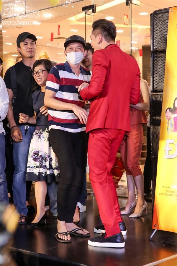 Hoài Linh mặc áo thun mang dép lê lạc lõng giữa sự kiện-1