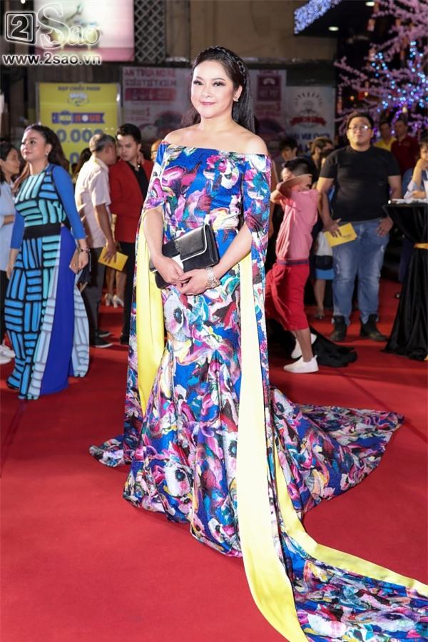 Hoài Linh mặc áo thun mang dép lê lạc lõng giữa sự kiện-4