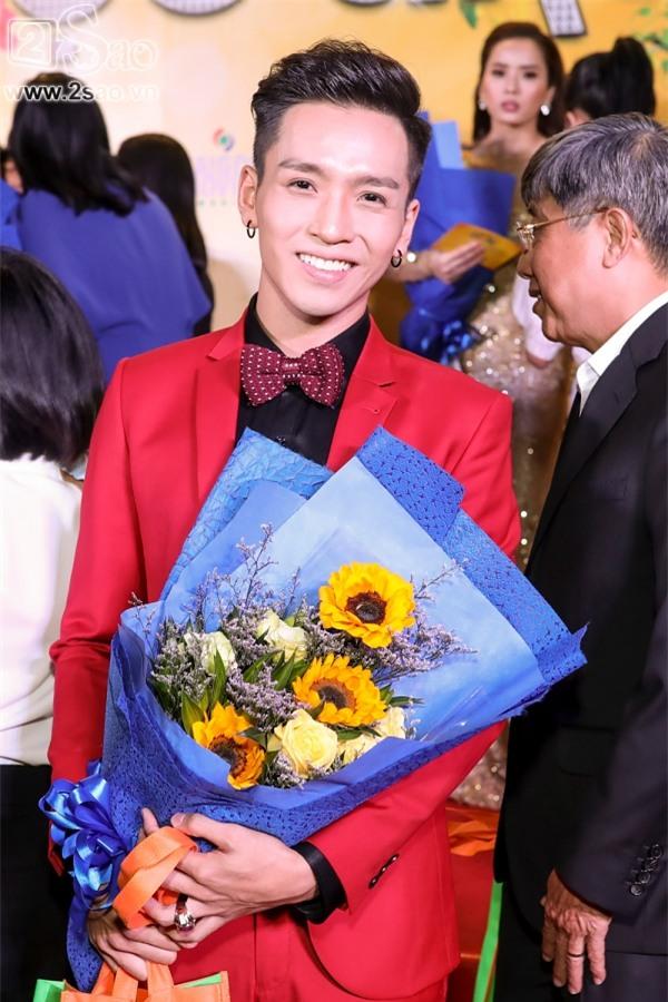 Hoài Linh mặc áo thun mang dép lê lạc lõng giữa sự kiện-5