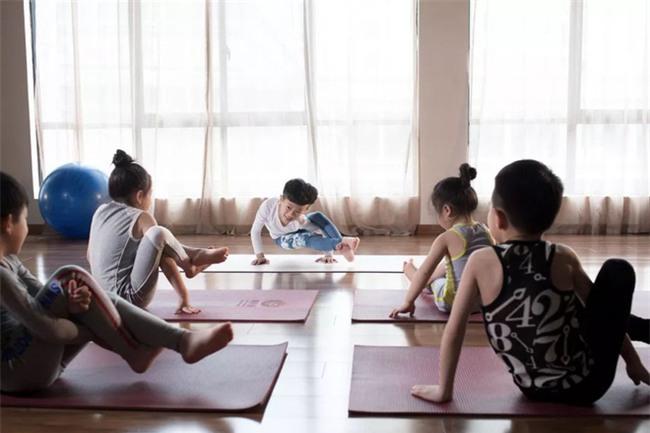 Ông thầy Yoga nhí, mới 7 tuổi đã nhận được thu nhập khủng đến hàng trăm triệu đồng - Ảnh 5.