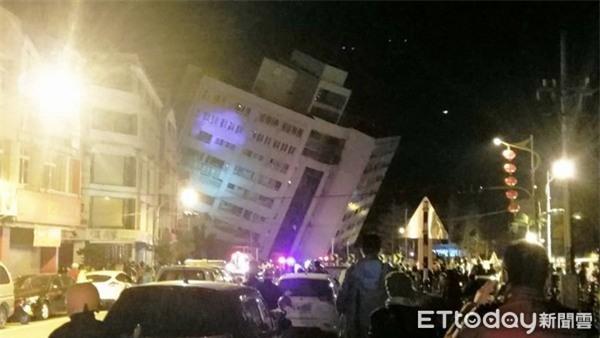 Thấy sàn nhà rung chuyển, chồng vội vàng xả thân che chắn cho vợ con trong trận động đất ở Đài Loan - Ảnh 1.