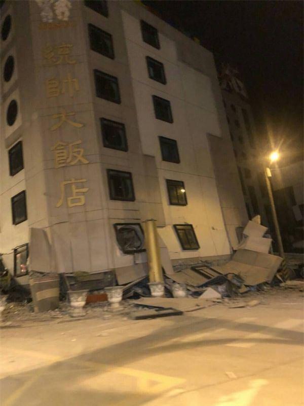 Thấy sàn nhà rung chuyển, chồng vội vàng xả thân che chắn cho vợ con trong trận động đất ở Đài Loan - Ảnh 3.
