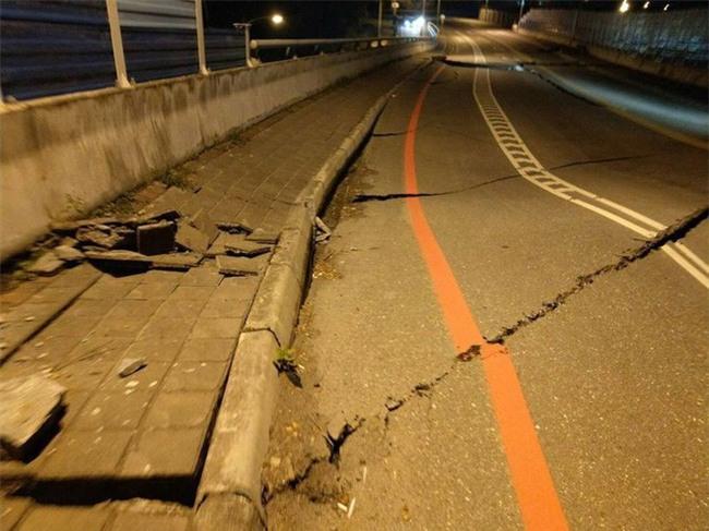 Thấy sàn nhà rung chuyển, chồng vội vàng xả thân che chắn cho vợ con trong trận động đất ở Đài Loan - Ảnh 4.