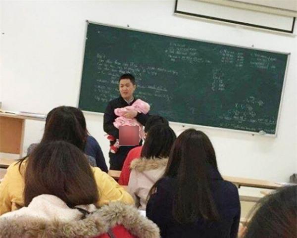 Thầy giáo tận tâm 'nhất hệ mặt trời' khi bế con cho sinh viên làm bài thi-1