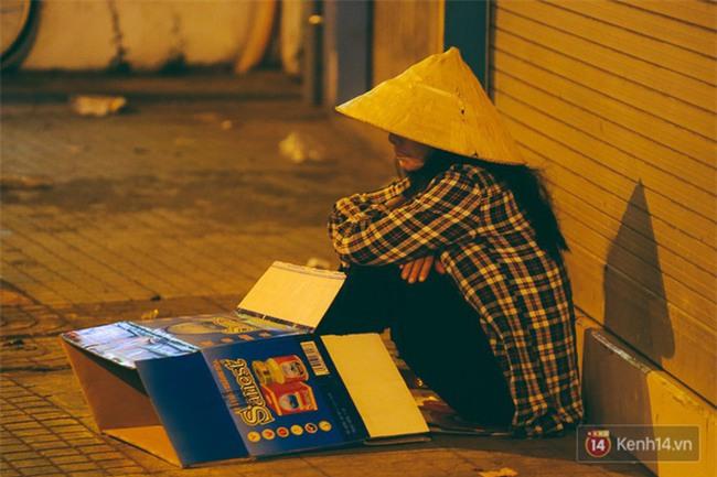 Chùm ảnh: Sài Gòn xuống 20 độ C kèm gió lạnh, người dân co ro khi đêm về - Ảnh 10.