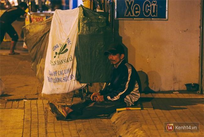 Chùm ảnh: Sài Gòn xuống 20 độ C kèm gió lạnh, người dân co ro khi đêm về - Ảnh 12.