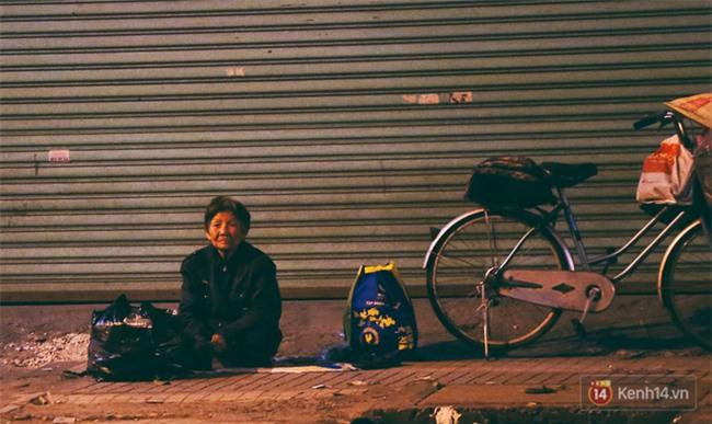 Chùm ảnh: Sài Gòn xuống 20 độ C kèm gió lạnh, người dân co ro khi đêm về - Ảnh 13.
