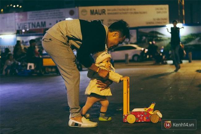 Chùm ảnh: Sài Gòn xuống 20 độ C kèm gió lạnh, người dân co ro khi đêm về - Ảnh 14.