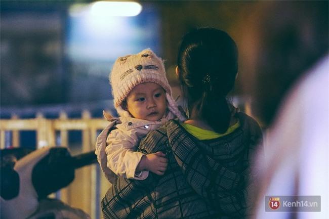 Chùm ảnh: Sài Gòn xuống 20 độ C kèm gió lạnh, người dân co ro khi đêm về - Ảnh 15.