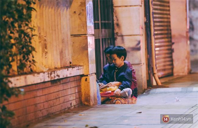 Chùm ảnh: Sài Gòn xuống 20 độ C kèm gió lạnh, người dân co ro khi đêm về - Ảnh 18.