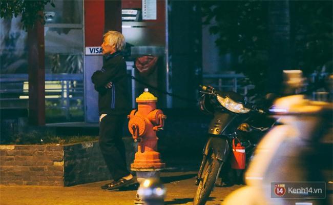 Chùm ảnh: Sài Gòn xuống 20 độ C kèm gió lạnh, người dân co ro khi đêm về - Ảnh 19.
