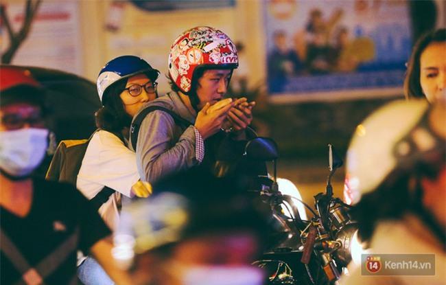 Chùm ảnh: Sài Gòn xuống 20 độ C kèm gió lạnh, người dân co ro khi đêm về - Ảnh 3.