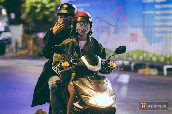Chùm ảnh: Sài Gòn xuống 20 độ C kèm gió lạnh, người dân co ro khi đêm về - Ảnh 4.